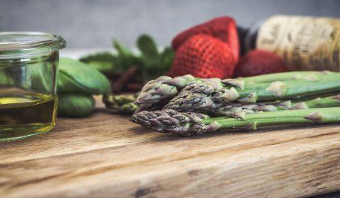 Grüner Spargel und Erdbeersalsa