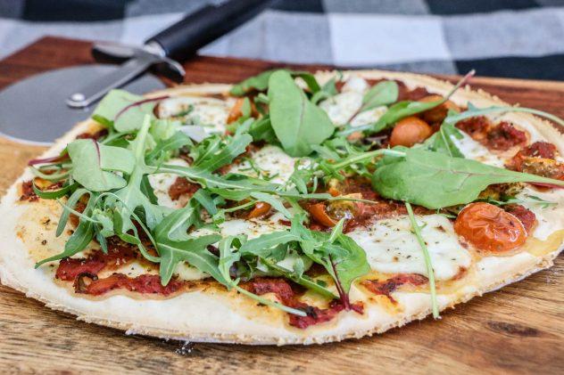 Büffel-Mozzarella-Pizza-vom-Pellet-Smoker-14